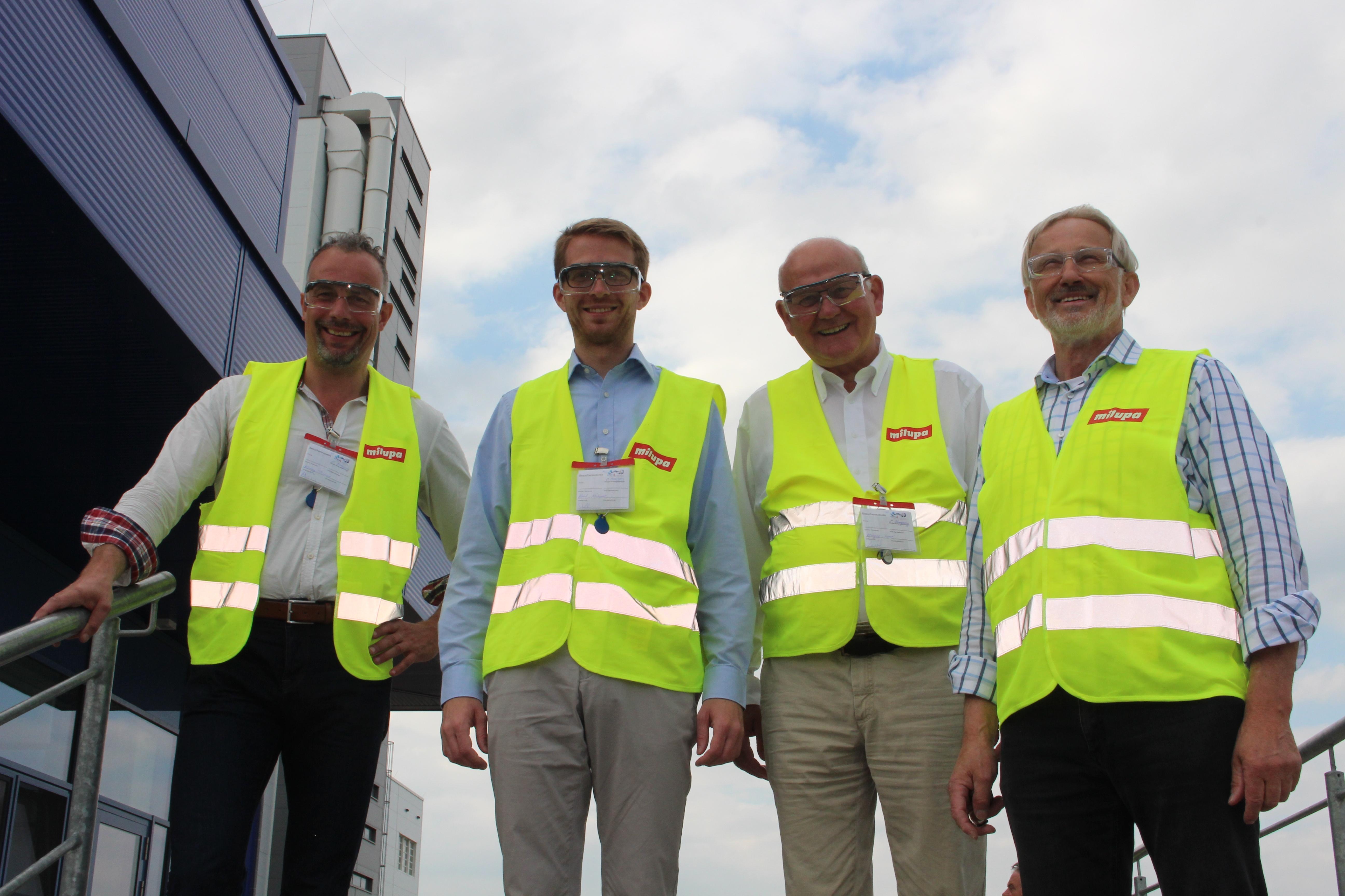 Die CDU-Wahlkreiskandidaten Thomas Hering (von rechts) und Michael Ruhl sowie Landtagsabgeordneter Kurt Wiegel zeigten sich beeindruckt von den hohen Qualitätsstandards im Milupa Werk in Fulda, welche Produktionsleiter Erwin Nahrgang präsentierte. Bild: J
