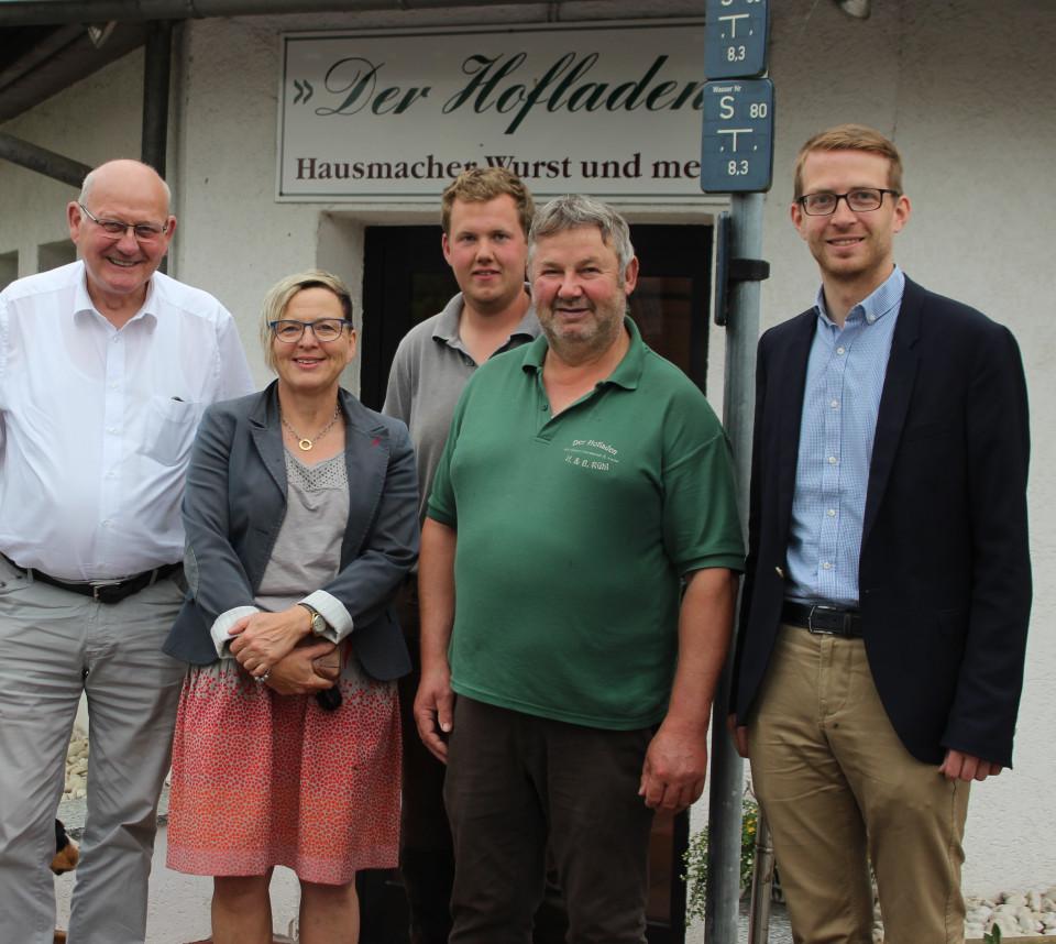 CDU- Landtagskandidat Michael Ruhl (rechts) und Kurt Wiegel (3.v.l.) informieren sich bei Berthold Rühl (2. v.r.) und seinem Sohn Julian Rühl (3.v.r.) mit Vertretern der CDU Romrod über die Direktvermarktung