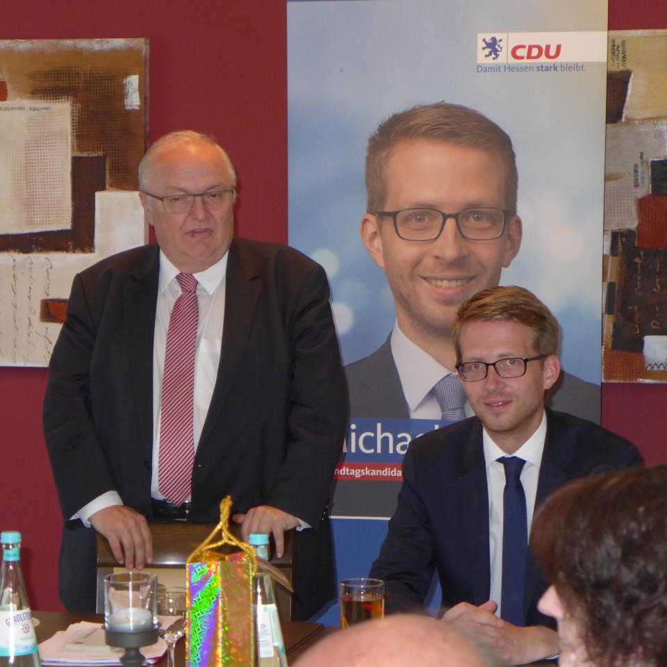 Werben für Zustimmung zur Verfassungsänderung in Hessen am 28. Oktober: Kurt Wiegel, CDU-Landtagskandidat Michael Ruhl, Jürgen Banzer und Schottens CDU-Vorsitzender Hans-Jürgen Jochim (von rechts).