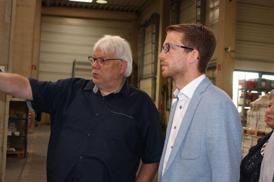 Geschäftsführer Uwe Ebert erläutert CDU-Landtagskandidat Michael Ruhl die Produktionsstätte